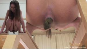 24歳美人のパイパン娘のウンチ姿 うんこたれ無料動画(無修正)