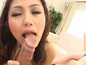 セクシーメイド安西あきがデカチンポをしゃぶり上げる、Japanese Slurpの無料エロ動画(無修正)